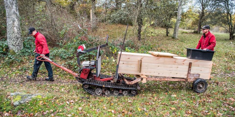 Joel Viefjord och Mattias Hedén tillverkar grunden till holkarna på Mattias gård, sedan byggs de ute i naturen och transporteras till uppställningsplatsen med en liten terrängkärra.