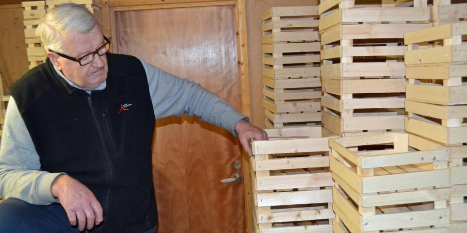 Hans Karlsson har gott om lådor på lager hemma i ladan. I olika former och olika storlekar.