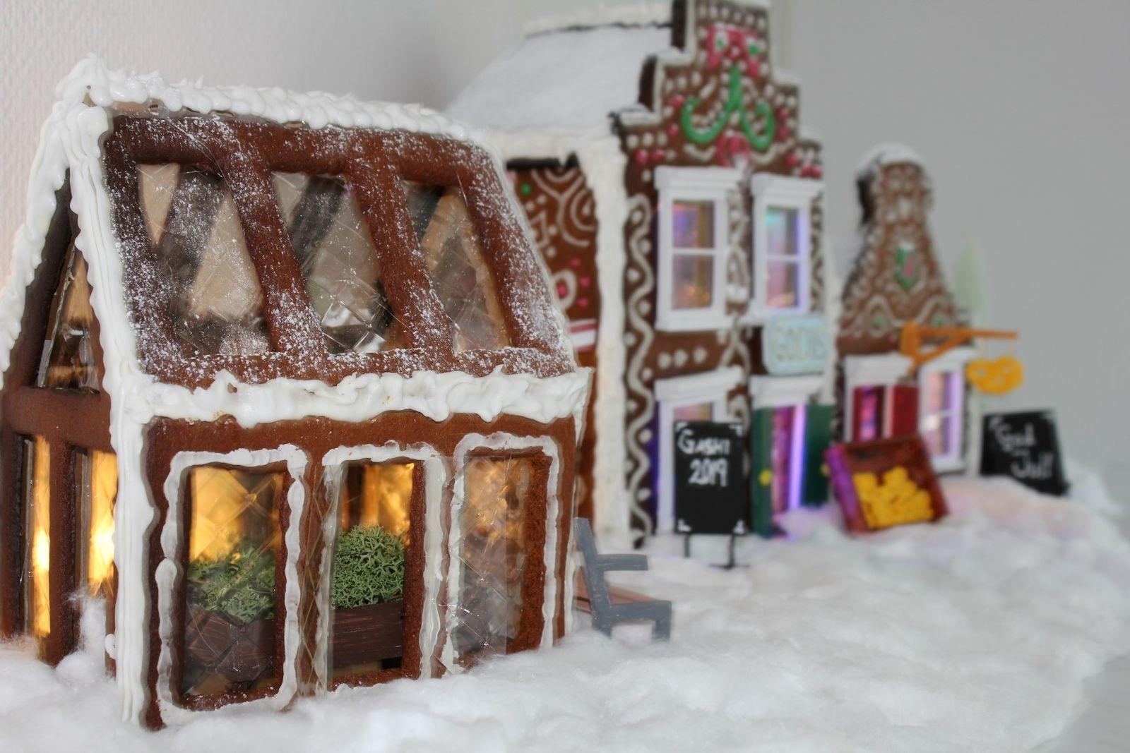 Här är årets pepparkakshus designat, byggt och dekorerat av familjen Gashi i Kalmar. Pepparkaksbygget består av tre byggnader, en godisaffär, ett bageri och ett växthus som avspeglar familjen Gashis kombinerade intressen. Familjen Gashi består av: Anna, Hashim, Nelli och Edvinn.