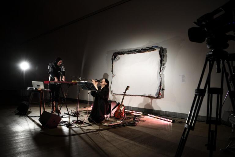 """El Perro del Mar, alias Sarah Assbring. framförde verket """"Free land"""" på Moderna Museet."""