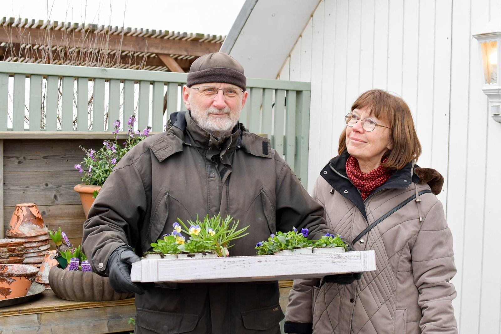 Torbjörn och Christina Borgsten besökte handelsträdgården för att köpa planteringsjord men fick lite annat också med sig hem.
