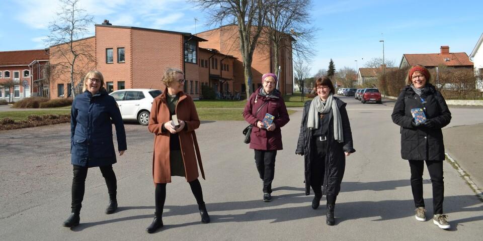 Annette Öderwall, Annika Johansson, Britten Robertsson, Sofie Walter och Linda Svensson går en tespromenad inför starten av den promenerande bokcirkel som S:t Johannes församling startar den 1 april.