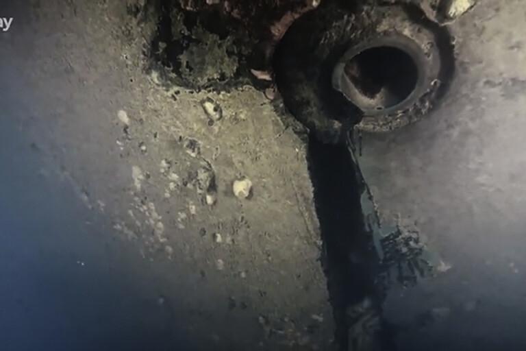 Hålet i skrovet upptäcktes av Discoverys dokumentärfilmare.