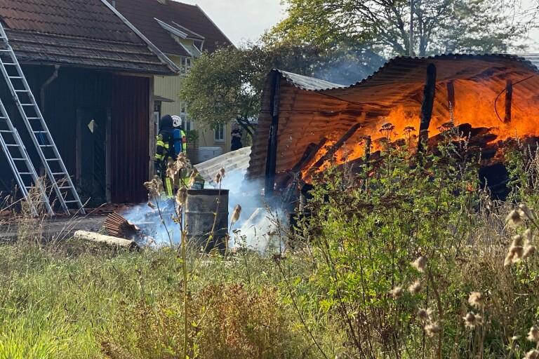 Förrådsbyggnad förstördes i brand – inte längre någon spridningsrisk