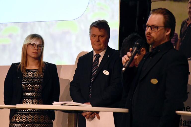 Styrelseledamöterna Mikaela Johnsson, Håkan Lundgren och Christian Horn vid förra årets stämma i Tingsryd. Den här gången ska de träffa ombuden digitalt.