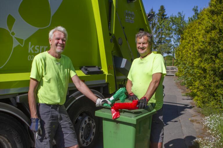 KSRR:s chaufförer Jan-Åke Aronsson och Magnus Järpstigen delar ut både gröna och röda påsar.