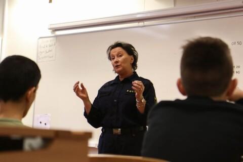"""Polis på turné i skolan: """"Alkohol och droger kryper allt längre ner"""""""