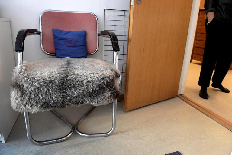 """Den danska stolen är en av få möbler som Helena von Zweigbergk sparade när sommarhuset på Gotland tömdes och såldes i somras. """"Jag gjorde mig av med saker som jag aldrig trodde att jag skulle släppa. Jag blev förvånad, men också lättad."""