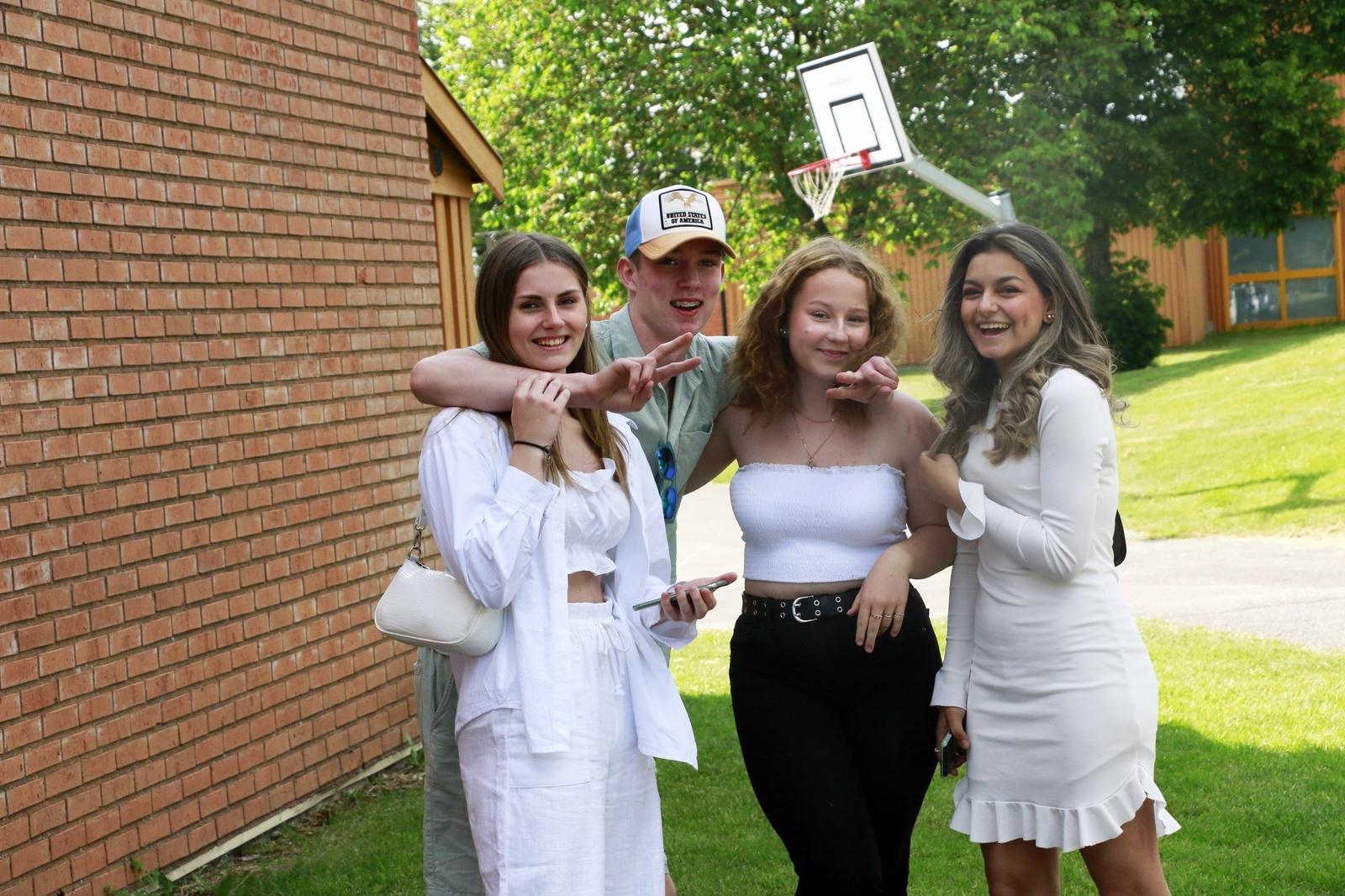 Selma Berglund, Anton Lundgren, Rebecca Pettersson och Lelas Ahmad i 8D såg fram emot det stundande sommarlovet.