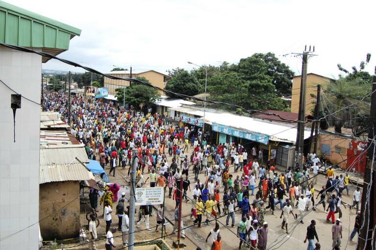 Demonstranter på väg till den idrottsarena i Guineas huvudstad Conakry där säkerhetsstyrkor genomförde en massaker 2009. Arkivbild.