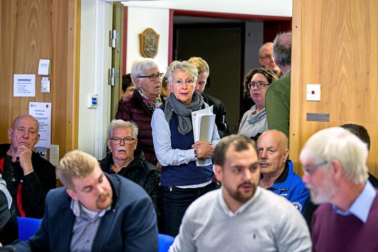 Eva Holm med handlingar tog i onsdags plats i sammanträdesrummet när frågan om äldreboendena skulle avgöras. Nu har hon bokat tid för en demonstration.
