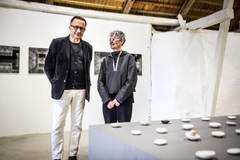 Gabor Palotai och Lena Willhammar är båda nöjda med att deras konstverk visas tillsammans. Vernissage under skärtorsdagen på Olseröds konsthall.