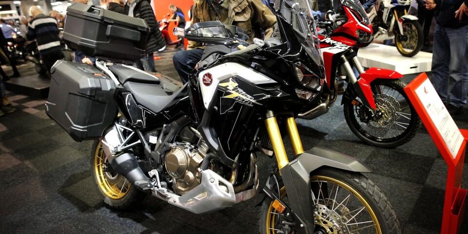 Mässan i Göteborg erbjuder till största del hojar som traditionellt drivs med bensin. Här en Honda CRF 1100A2. En motorcykel som brukar hamna i kategorin äventyrshojar.
