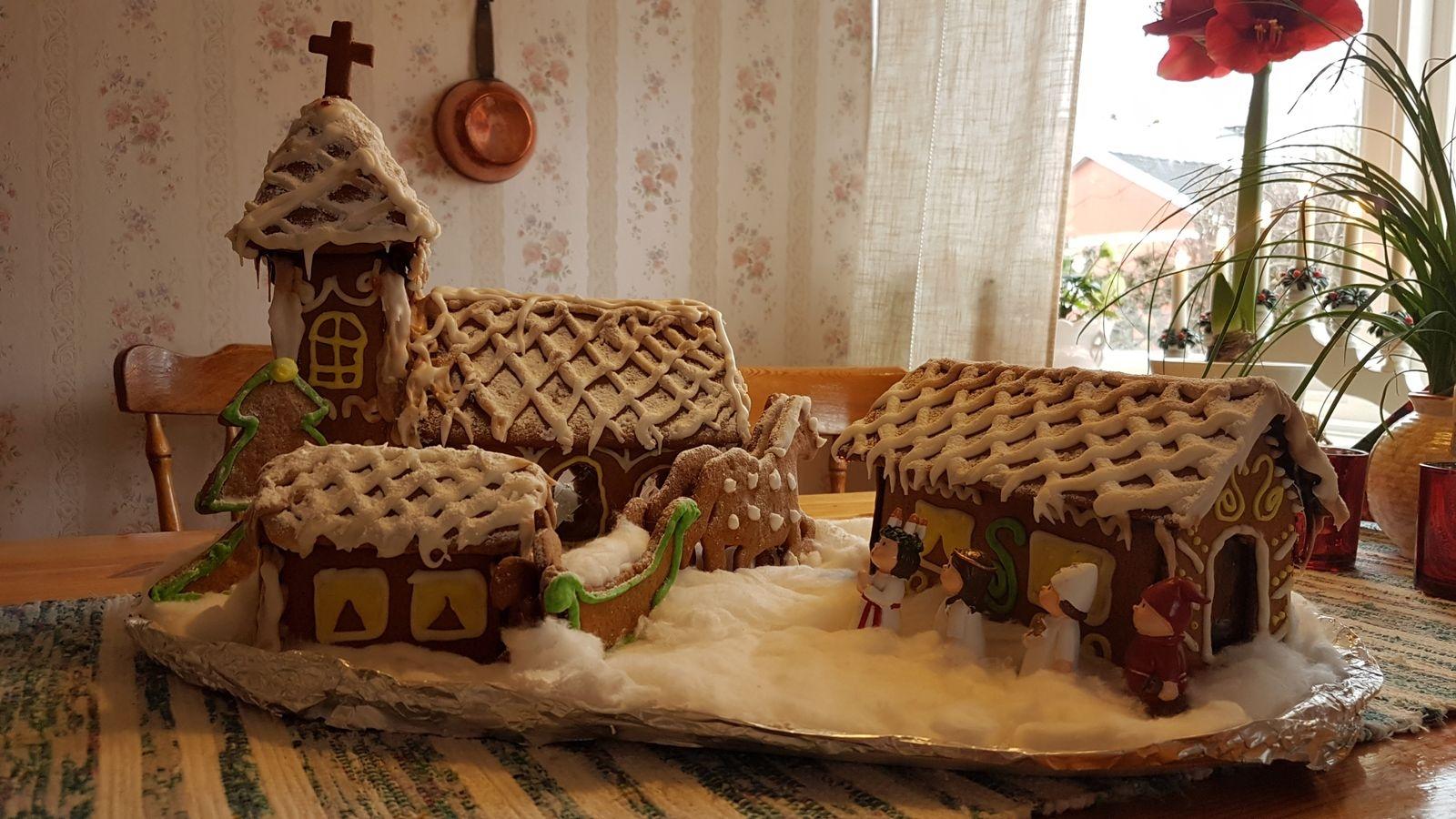 """Ingrid Jonsson har skickat in en bild på en fin pepparkakskyrka och berättar: """"Jag och mitt barnbarn Emma har gjort pepparkakshus inför jul i många år. Årets har vi tänkt oss ska vara en luciamorgon i en kyrkby med kyrka, prästgård och klockargård."""""""