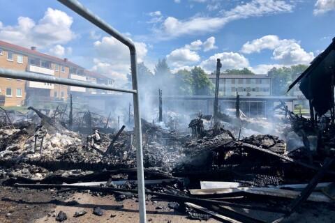 Sex personer misstänks nu för mordbranden i Färjestaden