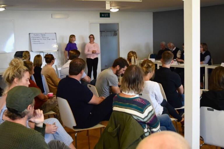 Linda Andersson och Hanna Smith i Kiviks föräldraförening ledde mötet som hettade till såväl mellan politikerna som bland åhörarna.