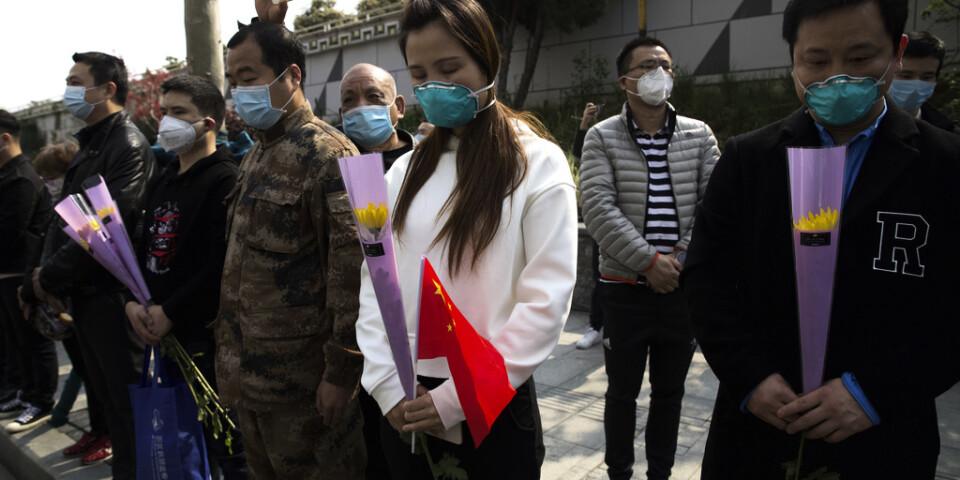 Sörjande i Wuhan under lördagens minnestund.
