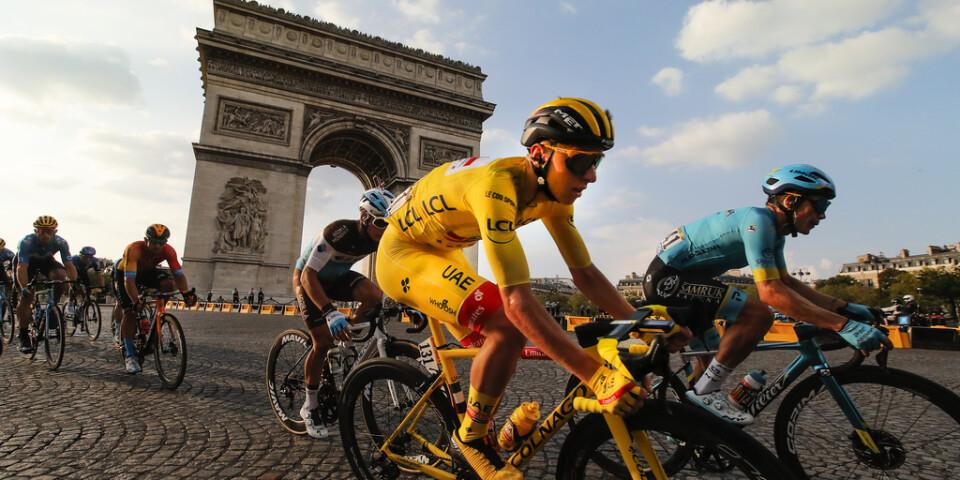 Tadej Pogacar i den gula tröjan under avslutningen i Tour de France.