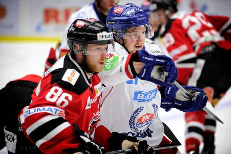 Linus Klasen och IK Oskarshamns Mikael Lidhammar under en match i förkvalserien 2012. Klasen är tillbaka i svensk hockey efter sex år i Schweiz. Nu blickar han tillbaka till den där marsdagen.