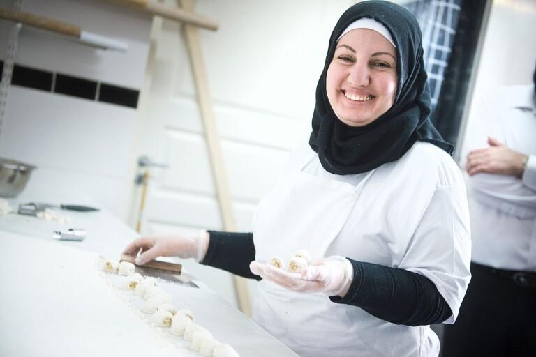 إلهام أسد وزوجها بدآ معمل حلويات في منطقةLångebro. اقرأ التقرير على الصفحات: ٦ـ٨