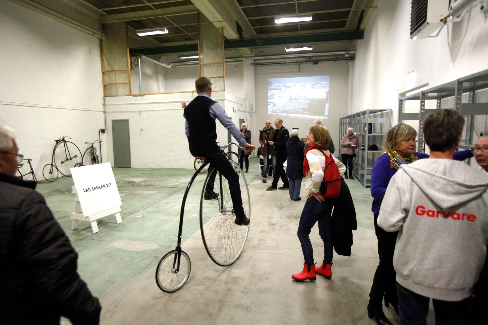 Efter invigningen förevisade Per-Olof Kippel från Standard High Wheels sin höghjuling. Entreprenören och arkitekten var sugen på att testa museets gamla höghjuling, men den var dessvärre inte i körbart skick.