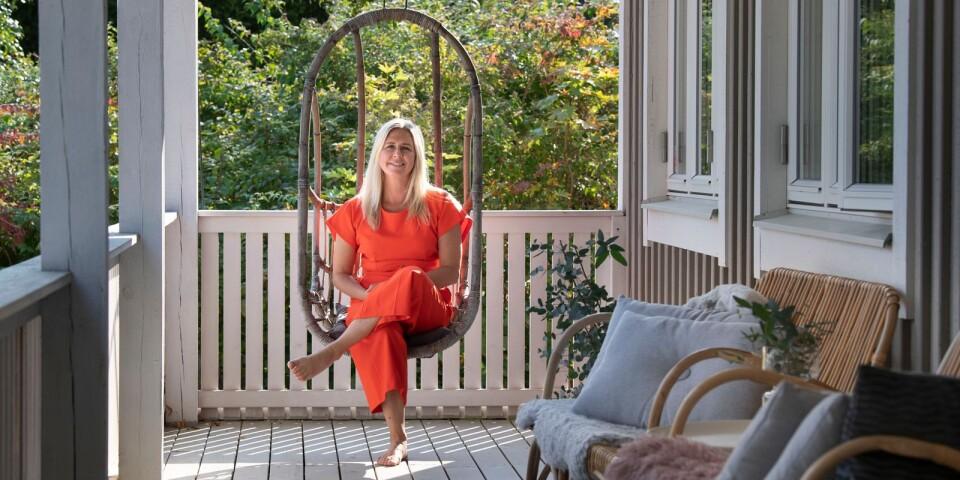 Ninna Edvardsson har renoverat en gammal skola från 1890 i Tostarp. På framsidan finns en amerikansk veranda med härliga och bekväma möbler.