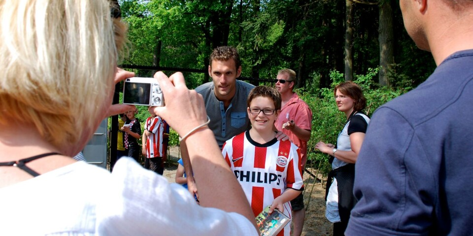 TA-sporten hälsade på Andreas Isaksson 2011 i PSV Eindhoven i Holland. Här fotograferas han med PSV-fans utanför träningsanläggningen.