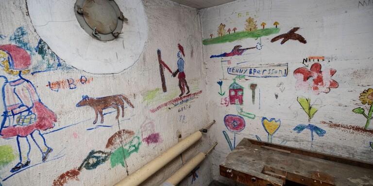 Väggmålningar som barnen målat i skyddsrummet.