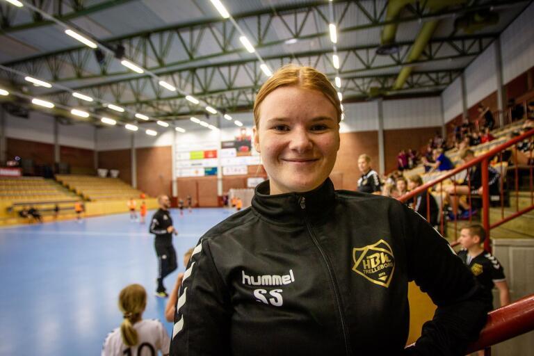 Bianca Nilsson har märkt att flera lagkamrater hoppat av när skolan tar för mycket tid. Själv ser hon handbollen som en skön paus.