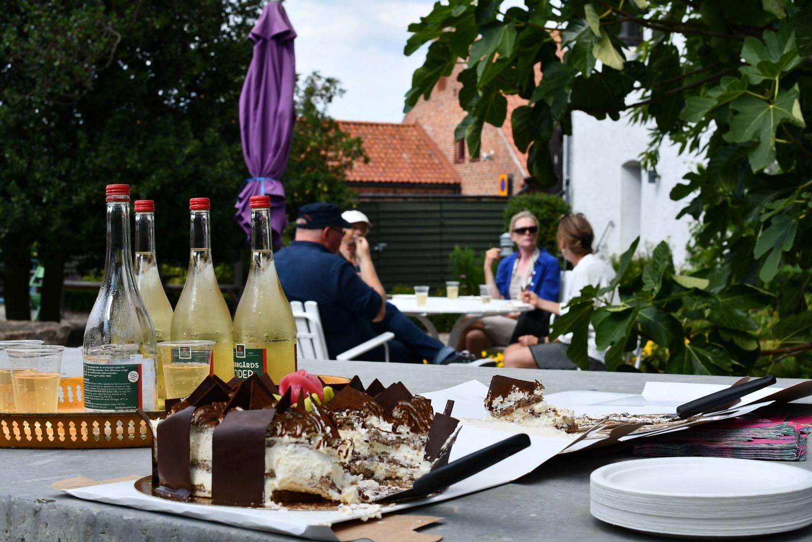 Pristagarna bjöds på tårta och bubbel i museets trädgård.