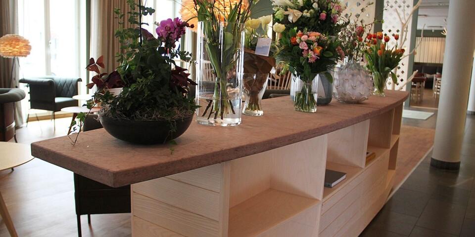 Köksön som står i loungen består av trä och kalksten. Den är inspirerad av Ölandssniporna.