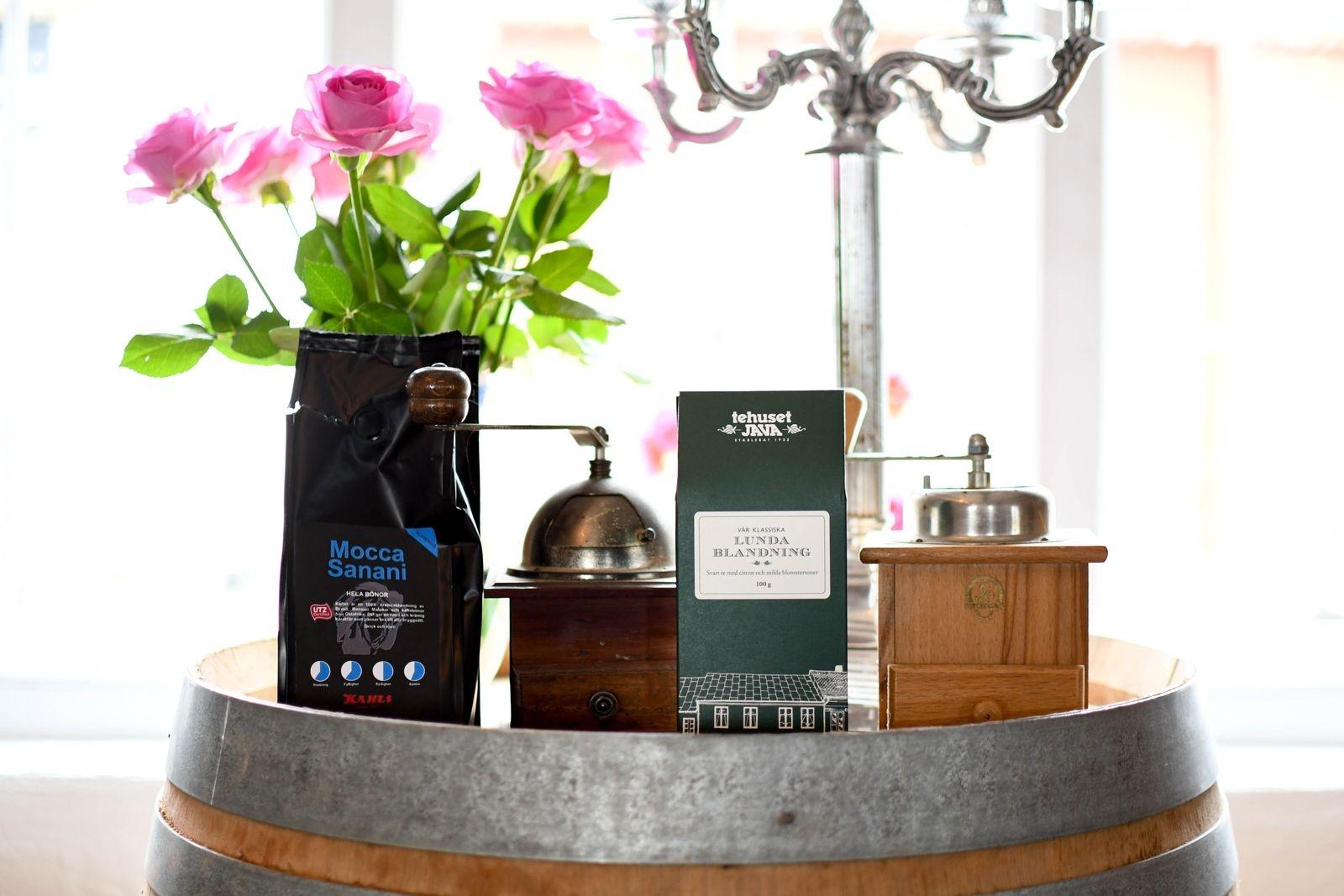 Kaffe och te har en självklar plats i den nystartade gårdsbutiken på Vallebergaslätt.