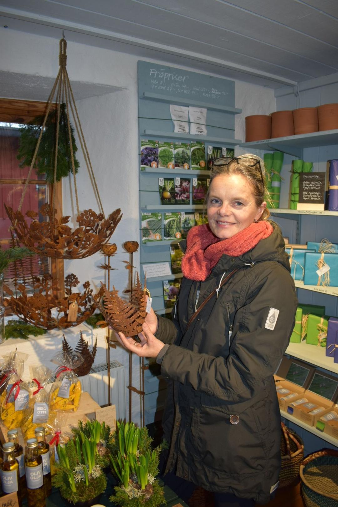 Lena Wikström har siktat in sig på en ljusstake som hon hittat i trädgårdsbutiken.