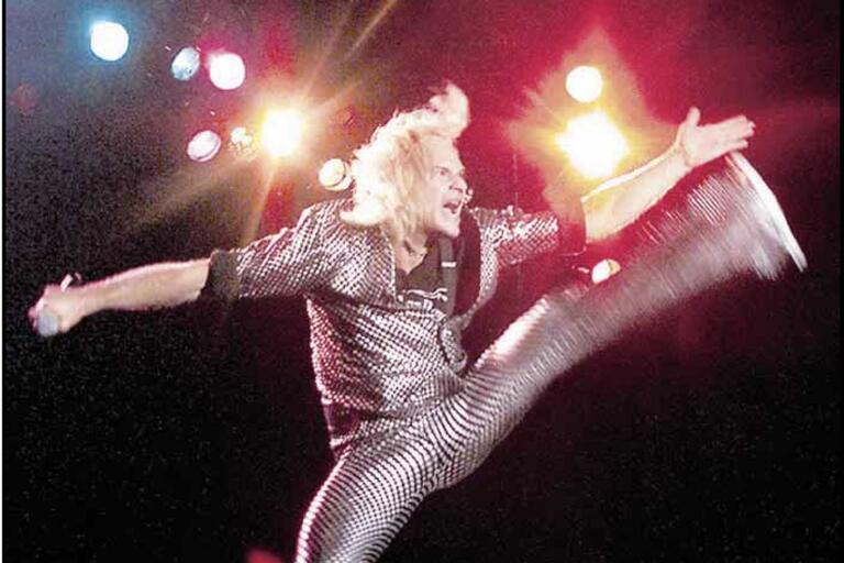 """David Lee Roth visar prov på sin vighet på festivalen 1999. I BLT beskrevs den gamle Van Halen-sångaren såväl som """"superdiva"""" som """"clown och pajas av stora mått"""". Men han kom ändå undan med äran i behåll – även om en gudalik varelse fanns bland dem som överträffade honom ..."""