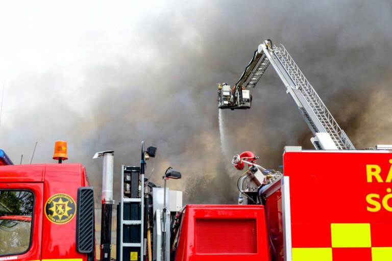 Stort pådrag – brand på Kährs i Nybro