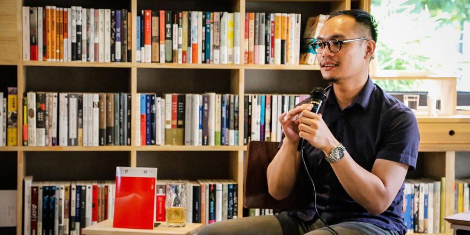 Daniel Lee, som äger den oberoende lilla bokhandeln Hong Kong Reader tänker fortsätta sälja böcker, men noga följa vilka böcker som stoppas av de kinesiska myndigheterna.