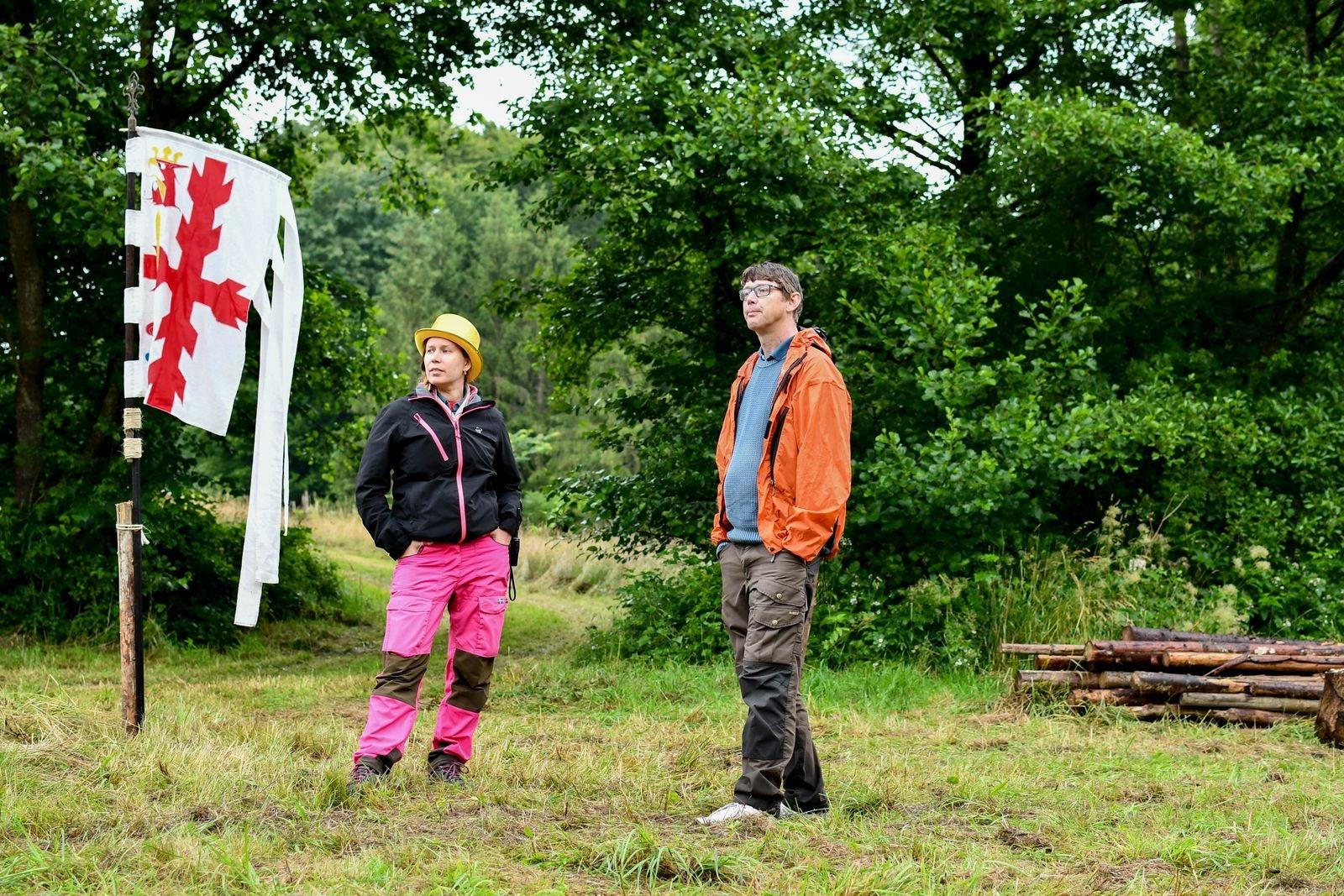 Lottie Sköld, i glammig lägerchefshatt, och Adam Arvidsson, som är både scoutledare och distriktsordförande, gläds åt att den traditionella kårlägerveckan på Sjöröd blir av.
