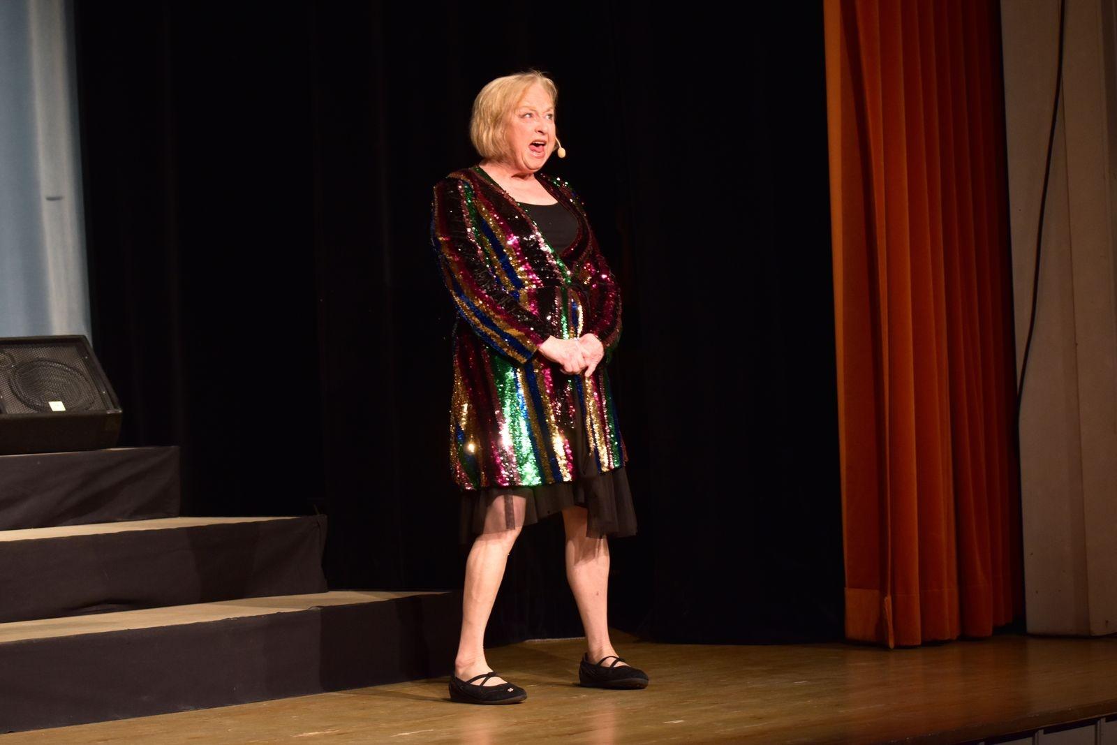 Siw Carlsson är med i revyn för andra året i rad och det märks att hon trivs lika mycket som publiken under föreställningen.