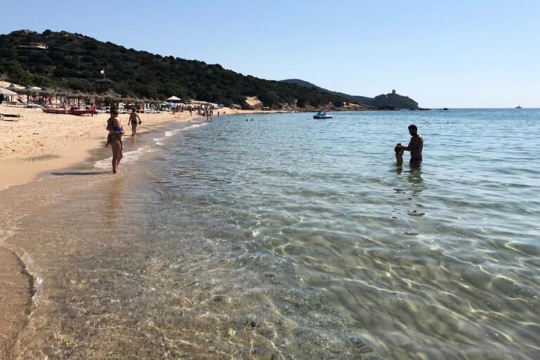 Ön Sardinien är bland annat känt för sitt kristallklara vatten, här sett utanför staden Chia. Arkivbild.