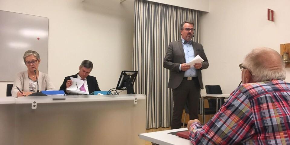 Magnus Weberg (M), berättar nyheten om solcellsparken på kommunfullmäktige i Sjöbo.