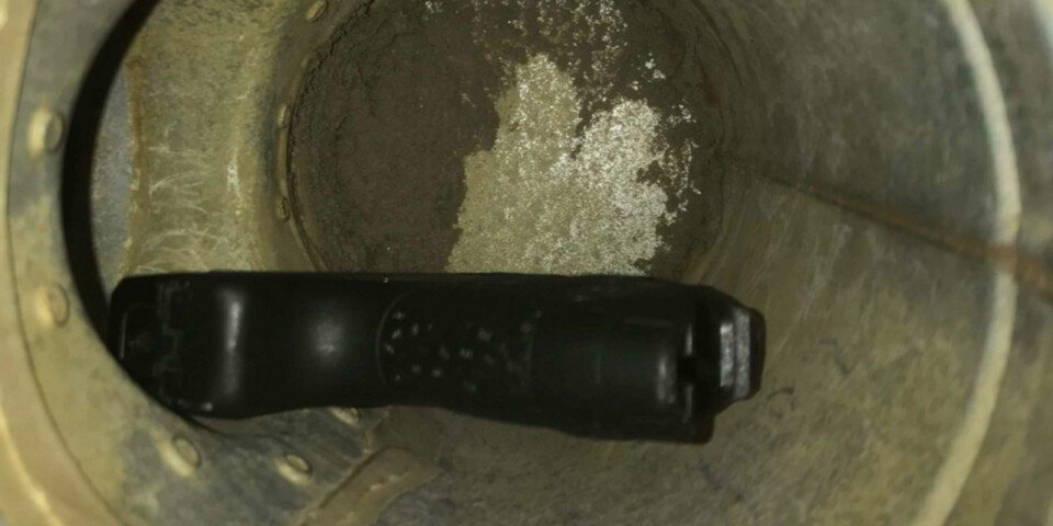 I en av männens lägenheter hittades en pistol, med tillhörande magasin och patroner, gömd i ett ventilationsrör i badrummet.