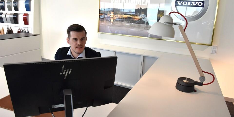 I andra änden av lokalen, där Volvoförsäljaren Jakob Mårtensson sitter, är det aningen sobrare. Här har han och hans kollegor fått helt andra möjligheter att saluföra märket än i Bil-Bengtssons gamla lokaler i Simrishamn.