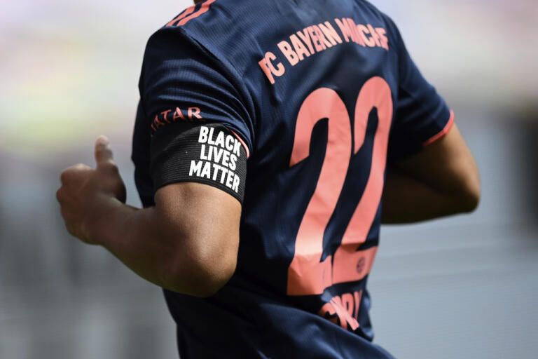 Bayern Münchens spelare, här Serge Gnabry, bar sorgband med texten Black Lives Matter i matchen mot Bayer Leverkusen.