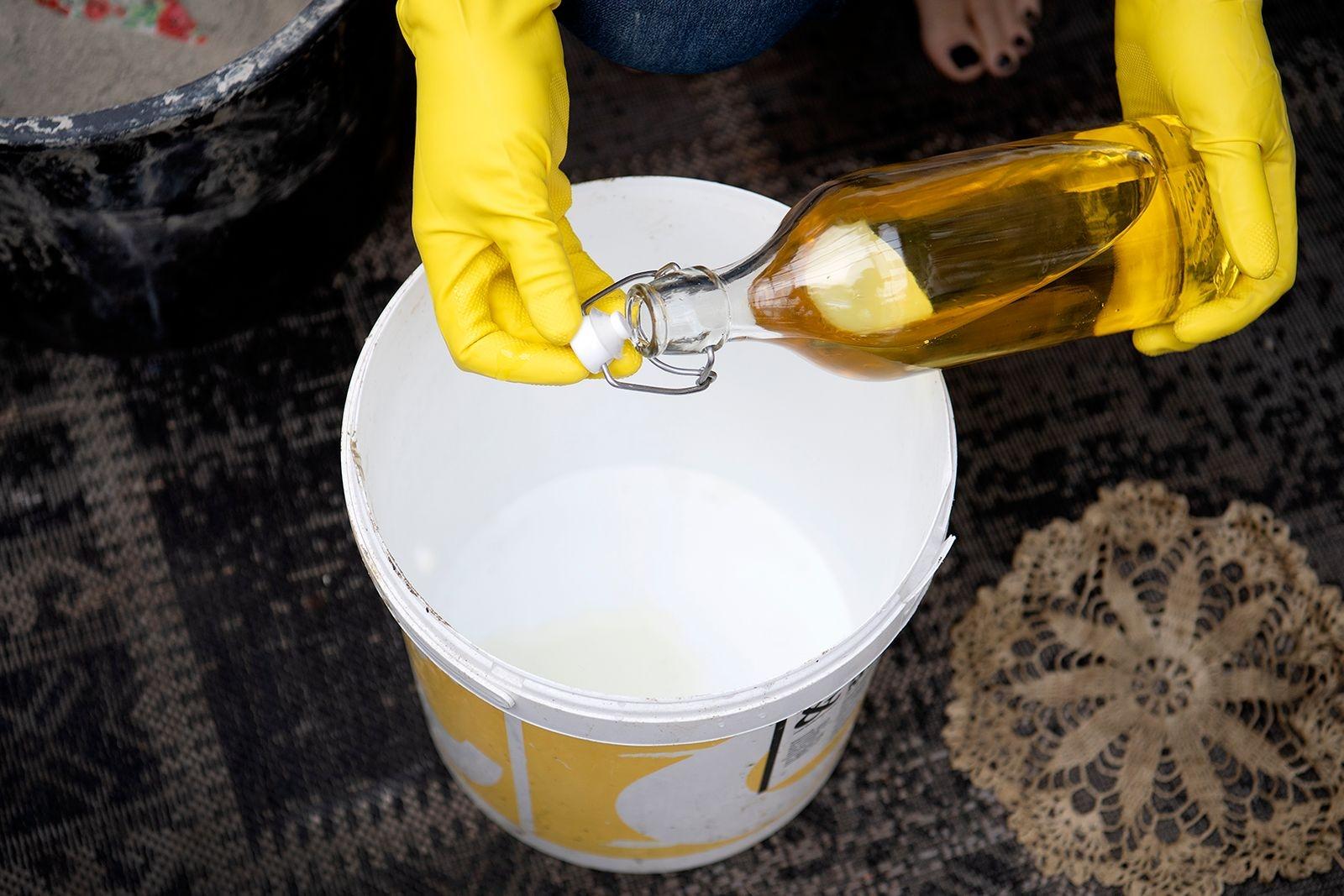 Olja insidan av en spann i lämplig storlek. Det gör att betongen och duken släpper lättare.