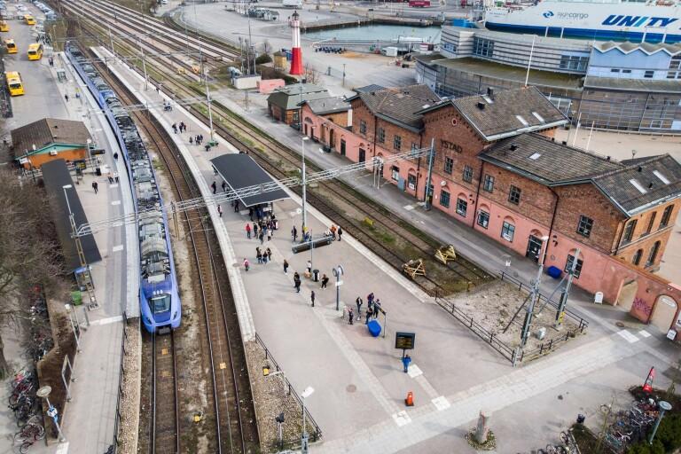 Pendlarna på Ystads station blev vittne till en grov misshandel på onsdagsmorgonen.