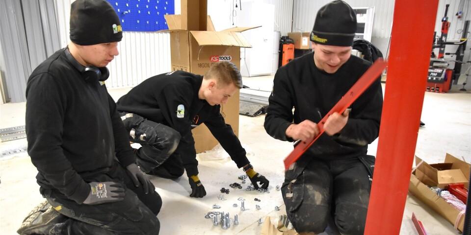 Alexander Bondesson, årskurs 3, Oliver Bokander, årskurs 1 och Benjamin Nilsson, årskurs 4, hjälper gärna till med monteringen av den nya utrustningen i gymnasiesärskolans nya fordonslokaler. Här skruvar de ihop en verkstadspress.