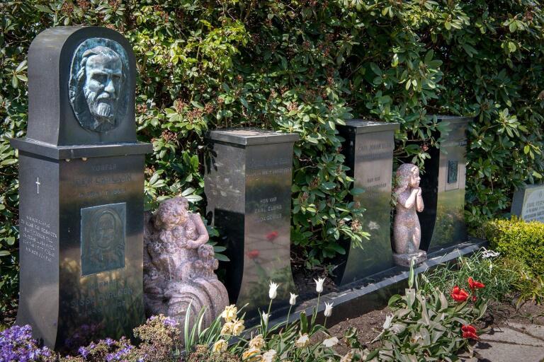 Statyetterna stals någon gång under föregående helg. De är hittills spårlöst borta.