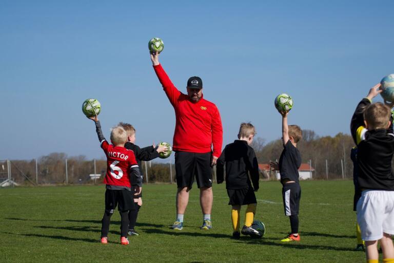 Fotbollsträningen är en av veckans höjdpunkter för barnen och ledaren Anders Thege.