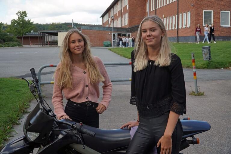 Klara Max och Jolin Eliasson hade ständig koll på Trafikverkets hemsida för att få uppskrivningstid så snart som möjligt.