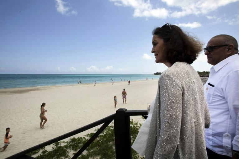 Spaniens industri- och turismminister Reyes Maroto besöker en av otaliga spanska turistanläggningar som nu står öde. Men snart kommer franska och portugisiska turister att välkomnas. Arkivbild.